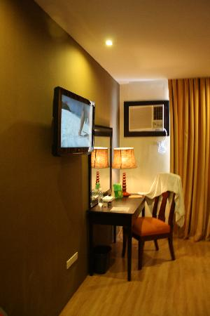 The Pinnacle Hotel and Suites: TV Facing the Bed