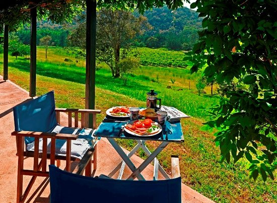 Cedar Creek Cottages & Wine: Enjoy your breakfast hamper on your private verandah