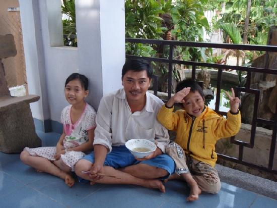 Cam Chau Homestay: Dung and his children