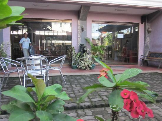 I's Plant Hotel: the entrance