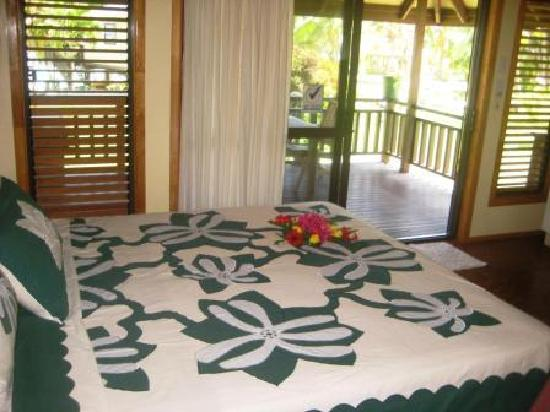 Aitutaki Beach Villas: Kingsize bed with tivaivai bed cover