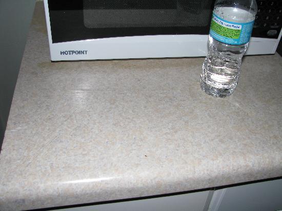 โมเต็ลบลู: Little roach by microwave in kitchenette