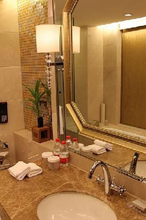 Wyndham Grand Plaza Royale Hangzhou: bathroom mirror
