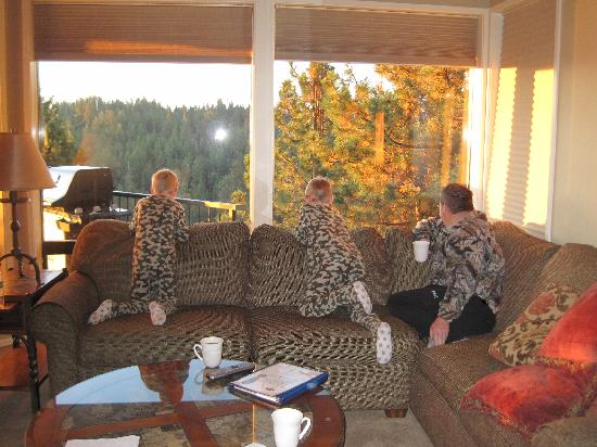 ‪‪Mount Bachelor Village Resort‬: Watching deer. There's also a private hot tub on that deck.‬