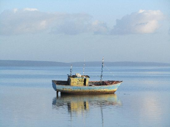 Provincia de Inhambane, Mozambique: Fishing boat run a ground