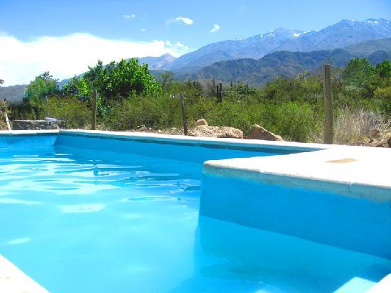 Las Espuelas Casas de Montaña: Piscina climatizada con energía solar