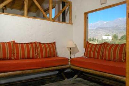 Las Espuelas - Casas de Montana: El estar de Casa Oeste con vista a la montaña