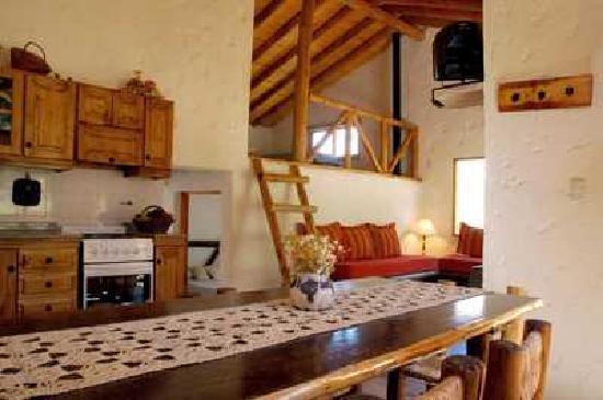 Las Espuelas Casas de Montaña: Interior Casa Oeste, con vista a la cordillera de Los Andes.