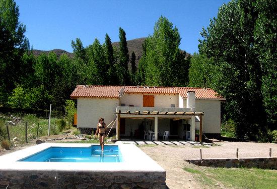Las Espuelas Casas de Montaña: Piscina, parrillas para hacer asado y cocheras cubiertas.