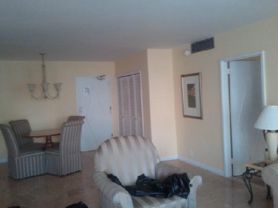 SeaCoast Suites Hotel: Living Room