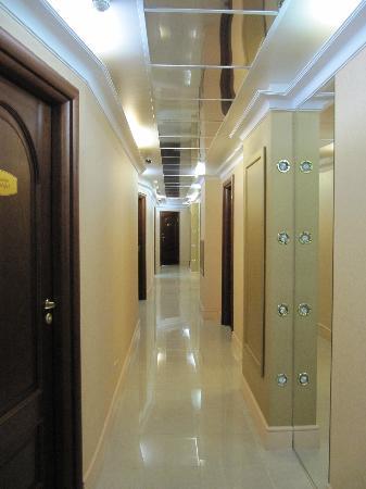 Hotel Bon Ami: Коридор в гостинице