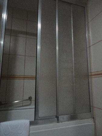 The Green Park Hotel Taksim: Disgusting shower glass