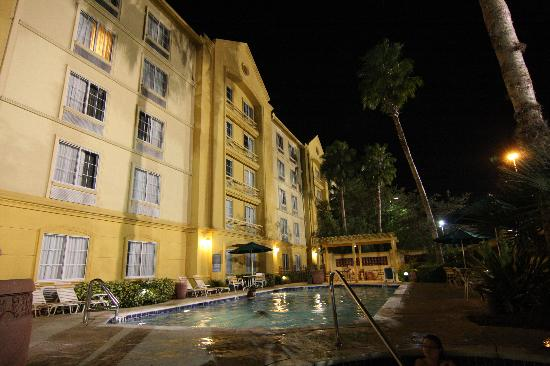 La Quinta Inn & Suites Tampa Brandon Regency Park: pool area at night