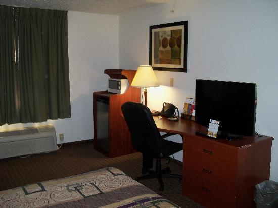 La Quinta Inn & Suites Baltimore South Glen Burnie: tv and laptop desk