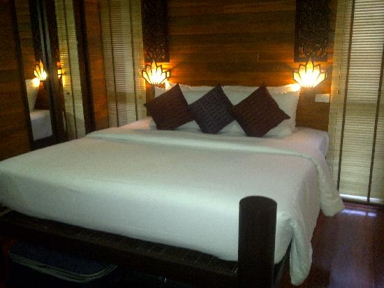 Baan Habeebee Resort: Lovely big bed, but quite hard