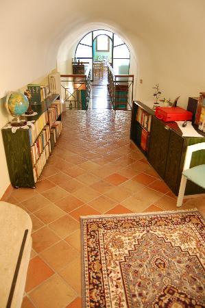 B&B La Casa di Donn'Amelia: Libreria e ponte