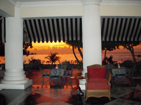 Half Moon: lobby/beach bar at sunset