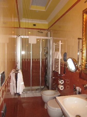 Hotel Manfredi Suite in Rome: Very nice bathrooms
