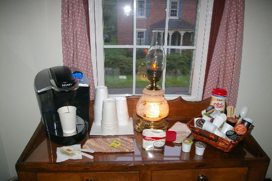 Zoar School Inn Bed and Breakfast: Coffee / Tea / Cocoa area
