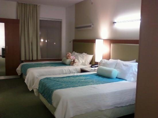 SpringHill Suites Cincinnati Airport South: 2 Queen beds Taken with an older cell phone!