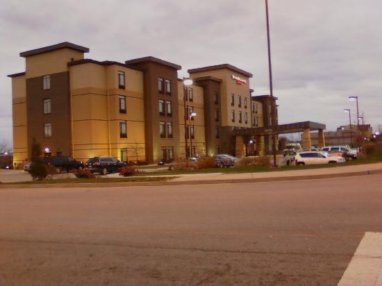 SpringHill Suites Cincinnati Airport South: Side view of hotel as leaving at 7:00Am, again just a cell phone picture