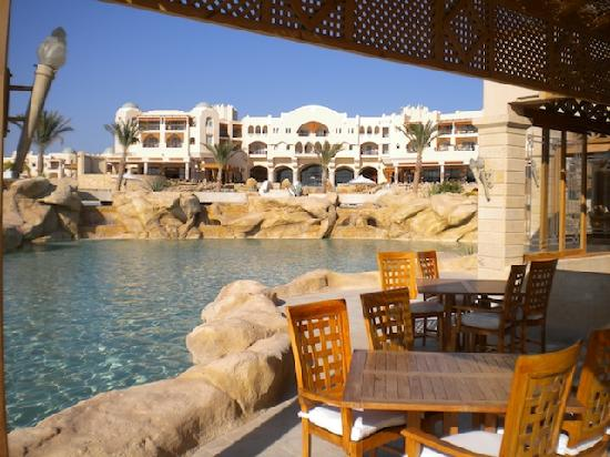 Kempinski Hotel Soma Bay: Restaurant overlooking the lazy River