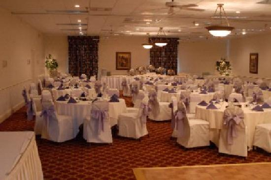 Clarion Inn & Suites: Ballroom set for wedding