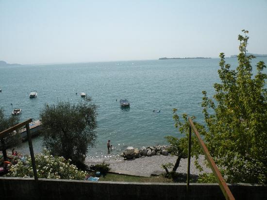 Hotel Touring: Lago Garda. Plage near hotel.