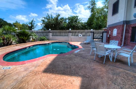 Quality Inn & Suites Houston : Outside Pool