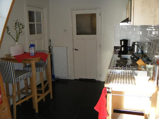 Bed & Breakfast Loogiesch: View of kitchen and eating space.