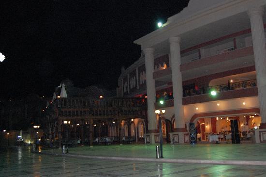 Tirana Aqua Park Resort: l'entrée externe du restaurant