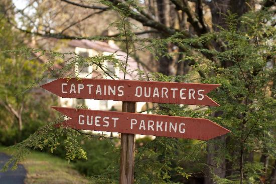 Captain Schoonmaker's Bed and Breakfast: Directional Signs