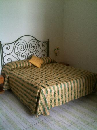 Hotel Alfonso a Mare: The bed.