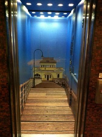 Rydges St Kilda: elevator (pretty cool)....