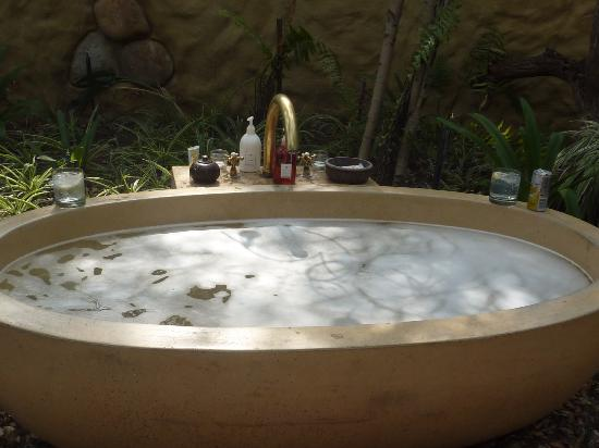 Kuname Lodge: Outdoor bath in Rhino Beetle room