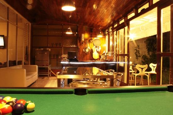 In & Basic Hostel Lounge: pool table