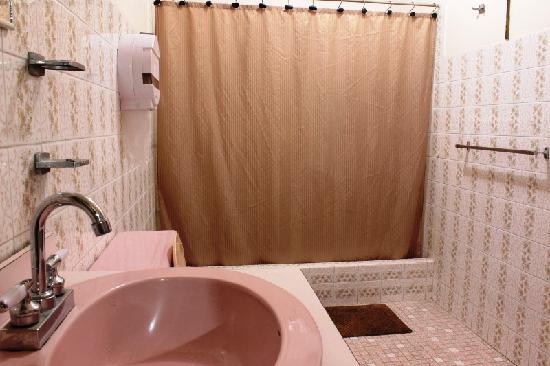 In & Basic Hostel Lounge: Bath