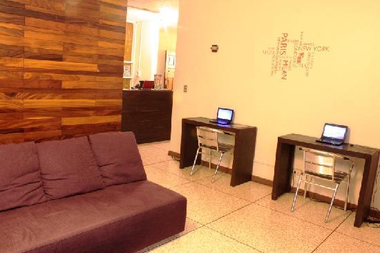 In & Basic Hostel Lounge: Internet place