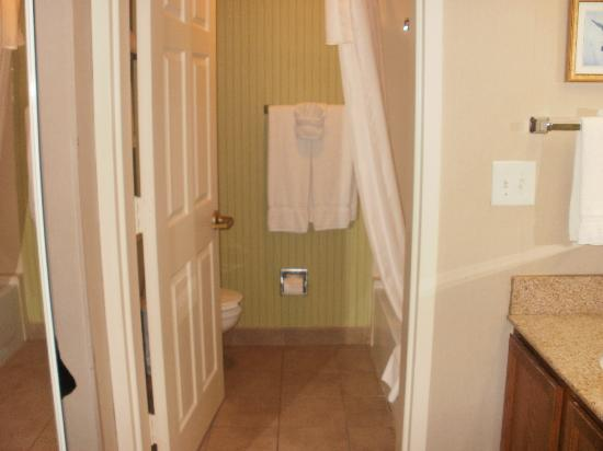 Homewood Suites Alexandria: Very clean, large bathroom