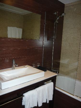Hotel Compostela: Poca luz en el baño