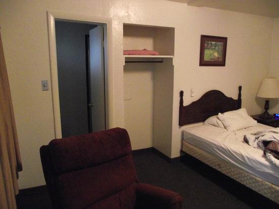 Evans' Motel: one closet, no hangers