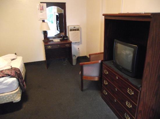 Evans' Motel: small tv, cable but no HBO or video inputs