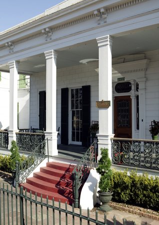 Ashton's Bed and Breakfast: Wide Front Veranda
