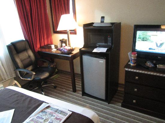 La Quinta Inn & Suites Indianapolis Downtown: fridge - microwave