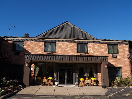 BEST WESTERN Turtle Brook Inn: Front Entrance