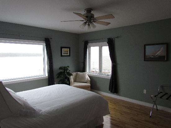 Bay Wind Suites: Bedroom in Bayview Suite