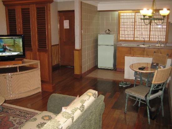 Tiara Labuan Hotel: Living & Kitchenette