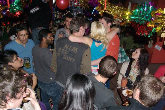 แฮปปี้ดราก้อนโฮสเทล: having fun in the bar