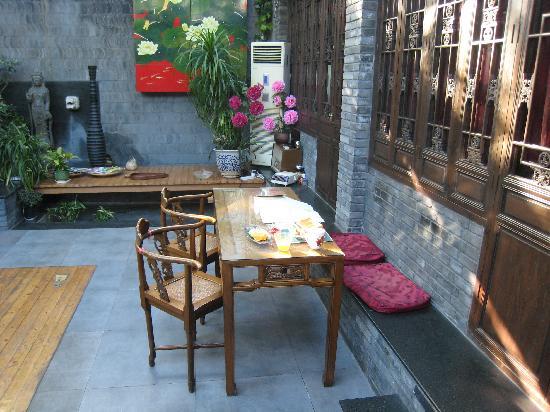 Kellys Courtyard: Breakfast table