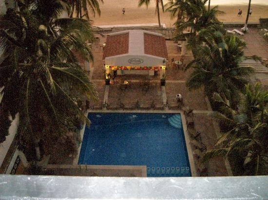Best Western Hotel Posada Freeman Zona Dorada: Poolside View from Suite 501
